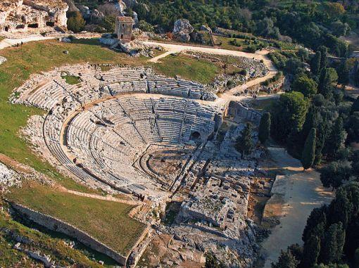 640px-Teatro_greco_di_Siracusa_-_aerea